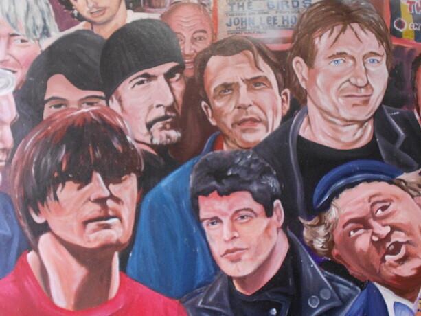El mural donde aparecen los personajes célebres norirlandeses