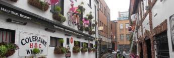 Una de las calles más famosas de pubs en el Cathedral Quarter está forrada con el rosa del Giro y bicicletas en las paredes