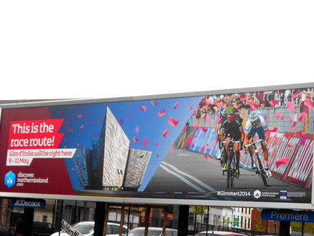 Una de las vallas publicitarias que han tomado la ciudad