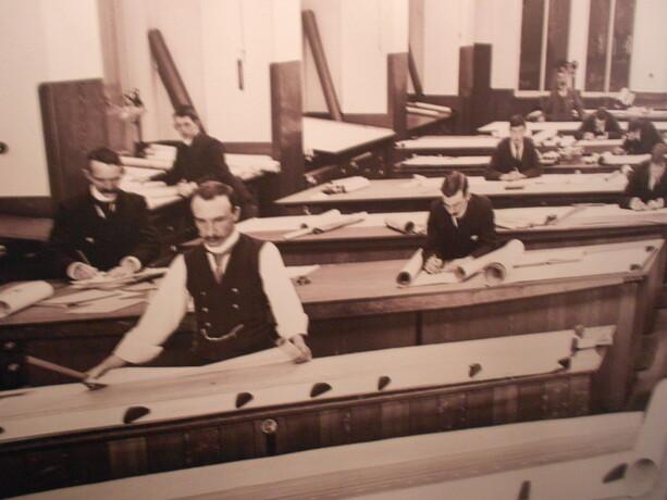Los diseñadores del barco trabajando en uno de los hangares de Queen´s Island