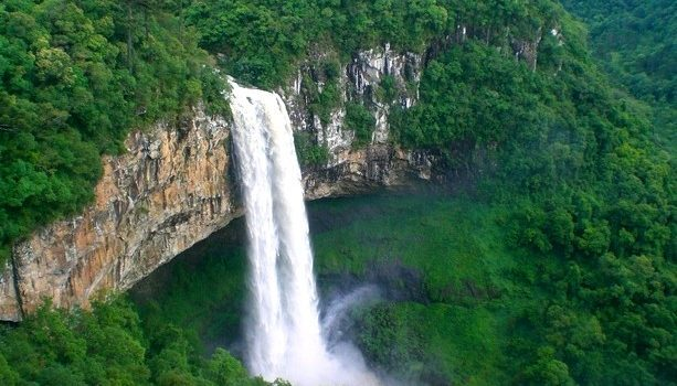 Esta catarata en medio de la montaña estaba cercana a Gramado