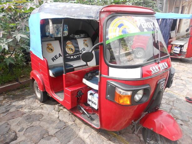 Casi todos los tuktuks de Atitlán mostraban escudos de equipos de fútbol