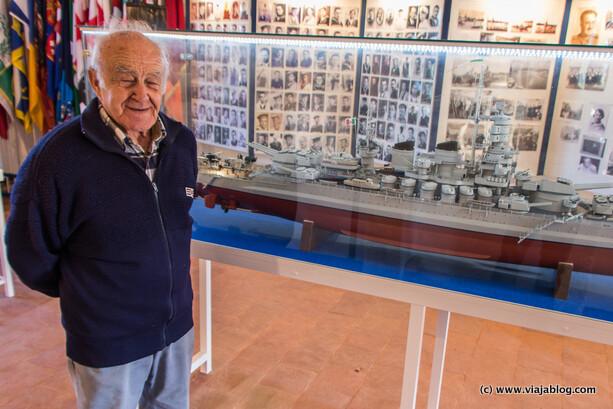 Mario Cappa y su maqueta del acorazado Roma, Hospital Isla del Rey en Menorca