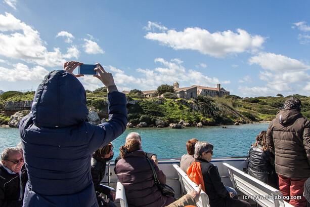 Regreso en barco de la visita al Hospital Isla del Rey en Menorca