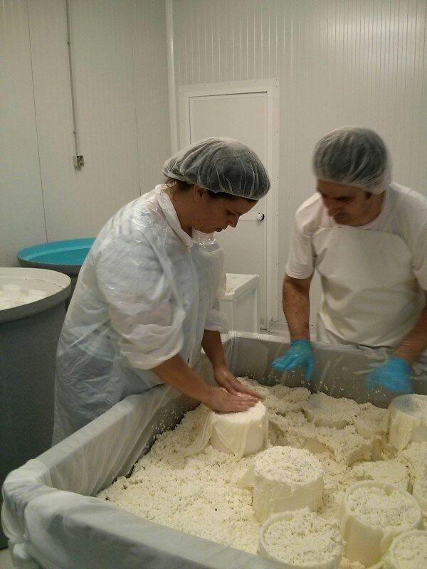 Nuestra amiga Itzi de @Miotraella rellenando moldes para el queso.