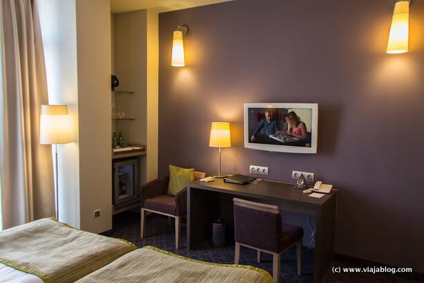 Escritorio en habitación del Metropol Hotel en Varsovia