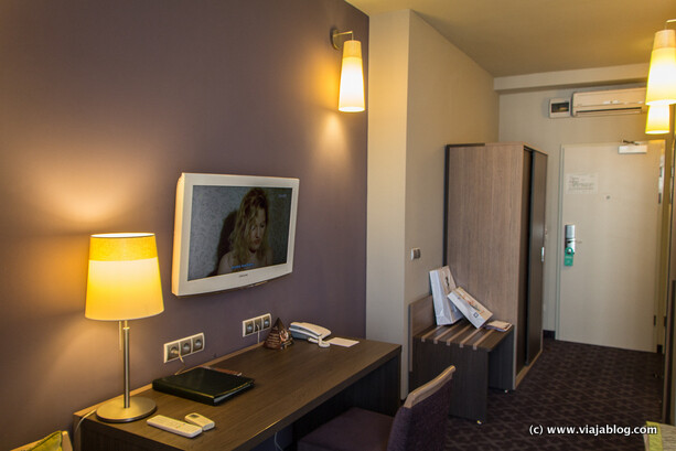 Escritorio y recibidor en habitación Metropol Hotel en Varsovia