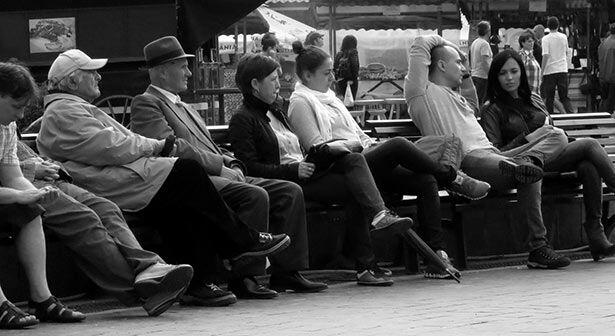 Locales disfrutando de un sábado de mercado en la plaza Sfatulu de Brașov
