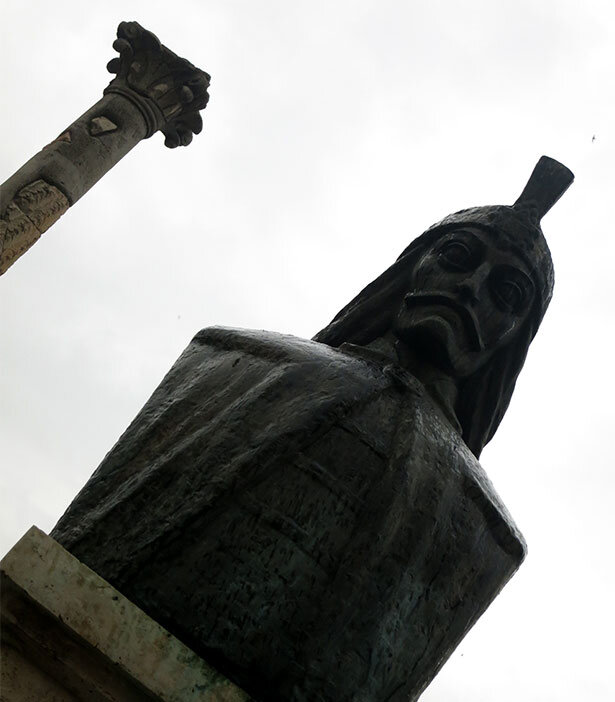 La estatua del inmortal príncipe Vlad en el centro de Bucarest