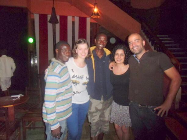 Con mi amigo de Zimbabwe Ronald y su amigo Jeff y Leila y su amiga alemana de fiesta