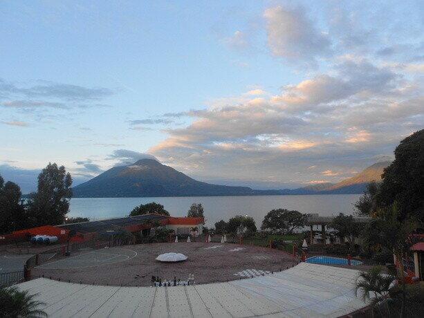 Las vistas desde la terraza de mi habitación en el hotel Porta do Lago en Panajachel