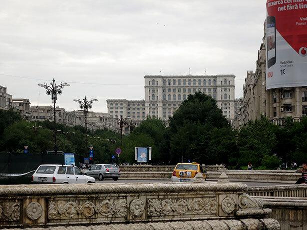 La plaza Unirii con el coloso Palacio Presidencial al fondo