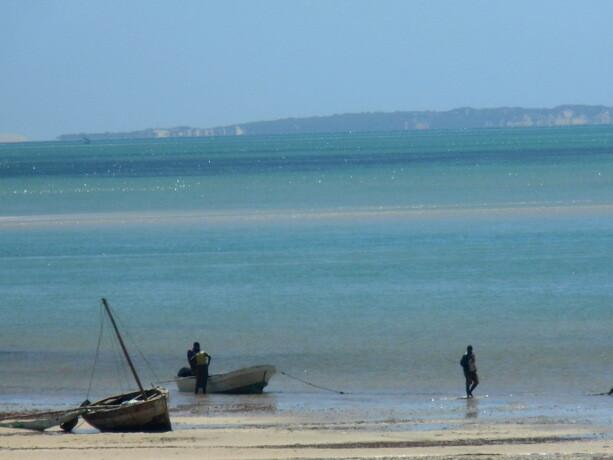Los pescadores preparan su barca