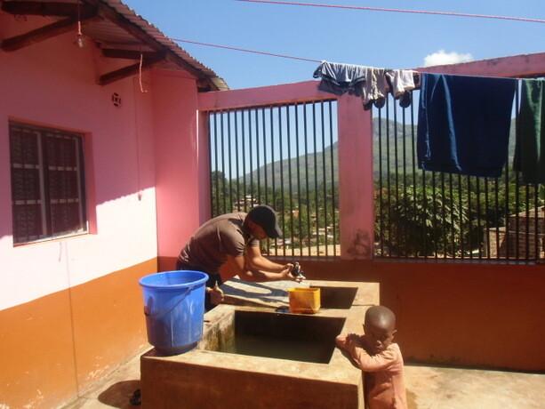 Lavando a mano mientras me controla mi pequeño amigo