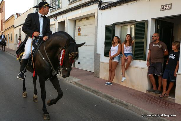 Caixer charlando con vecinos, fiestas de Sant Jaume, Es Castell, Menorca