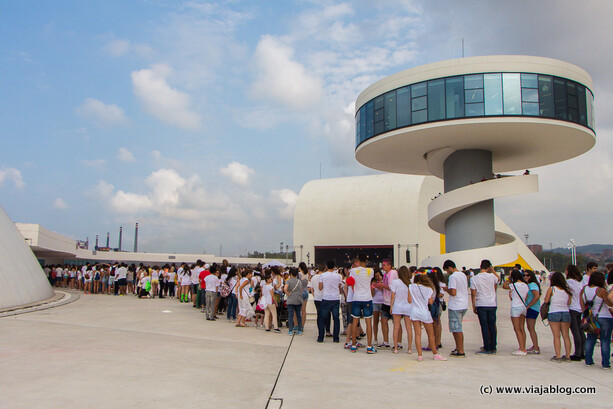 Haciendo cola para comprar polvos de Holi en el Niemeyer