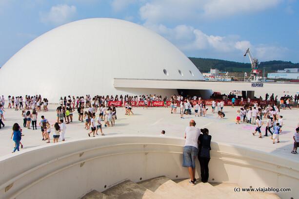 Cúpula y parte de la plaza del Niemeyer con los primeros asistentes al Holi Party Festival