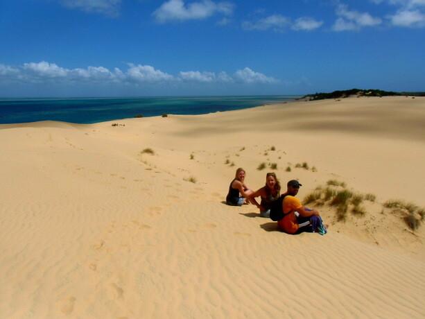 Con Marij y Agnes en las dunas de Bazaruto