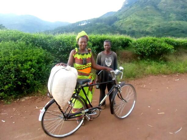 Las gentes de Gurué camino de sus casas después del trabajo
