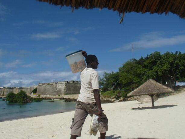 El vendedor de dulces dejando la playa para acudir al partido de cada tarde en Ilha de Moçambique