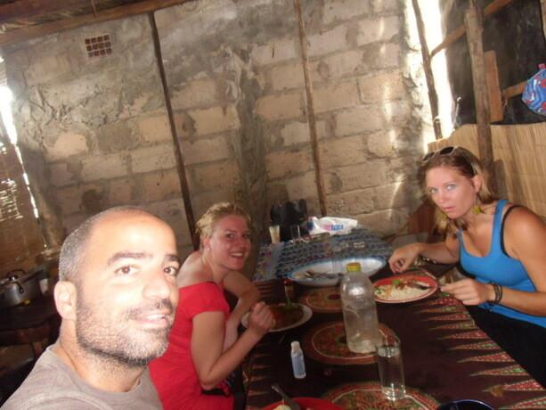 Nuestro querido antro de Litossa donde comíamos en el mercado de Vilanculos