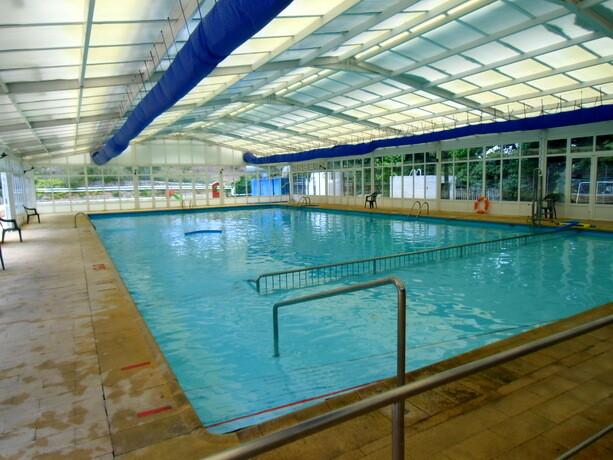 La piscina cubierta en la zona de hoteles