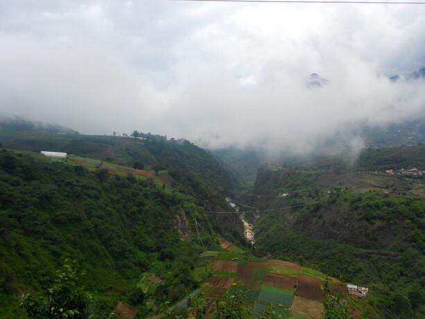 Vistas del valle subiendo hacia las fuentes georginas. Se puede observar la actividad termal con las fumarolas