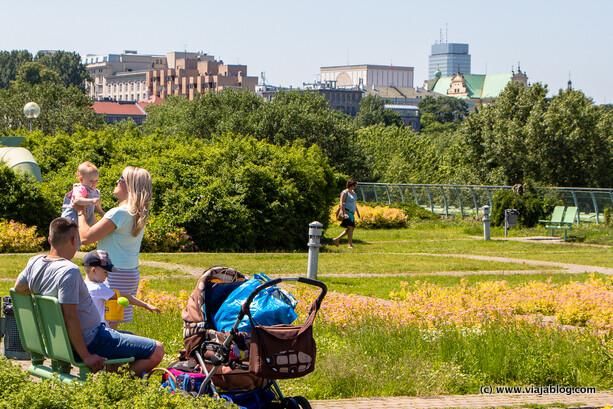 Disfrutando del Jardín en el Tejado de la Biblioteca de la Universidad de Varsovia