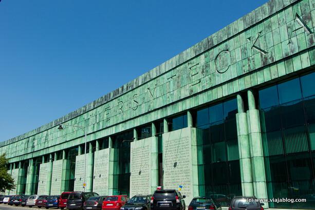 Fachada principal, edificio de la Biblioteca de la Universidad, Varsovia