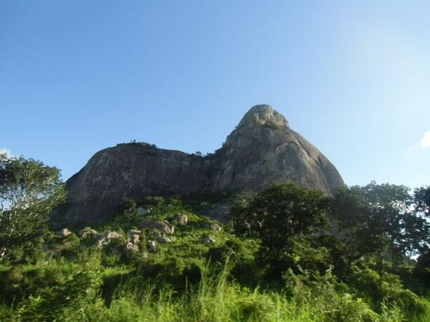 Las bonitas formas de las montañas mozambiqueñas que vi desde la ventanilla
