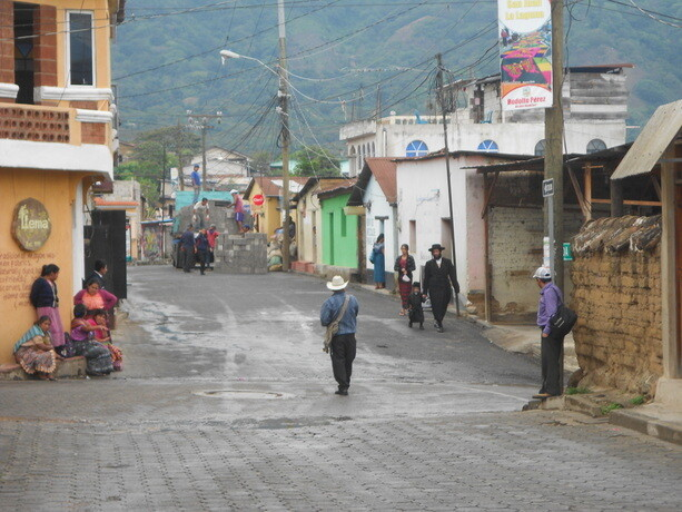 La calle principal de San Juan La Laguna y los judíos ultraortodoxos