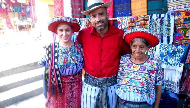 Con Inés probándonos el atuendo típico de Santiago