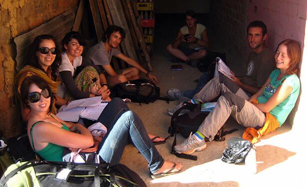 Viajeros esperando el bus local