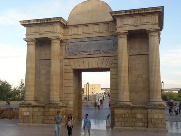 La puerta de entrada al Puente Romano, que confunden con un arco del triunfo