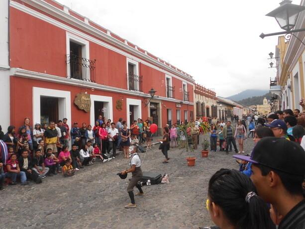 Un cómico entretiene a la gente en una de las calles más transitadas de La Antigua