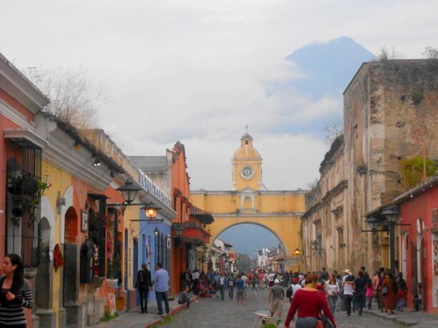 Calle del Arco de Santa Catalina con el volcán de Agua al fondo