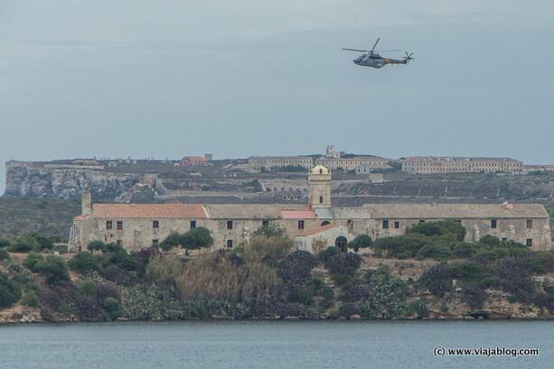 Helicóptero Puma del SAR sobre Hospital Isla del Rey, Mahón