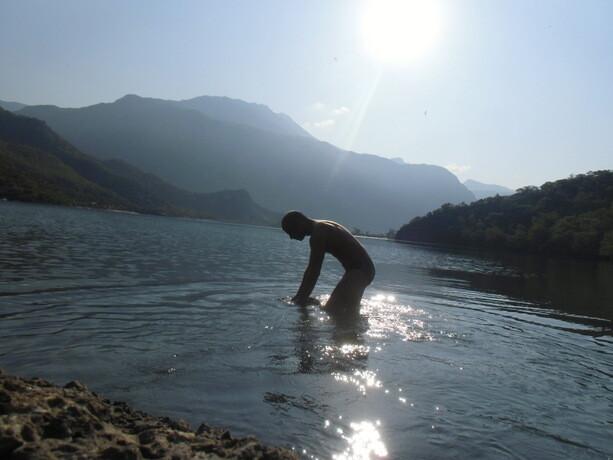 Mojando la ropa en la Laguna