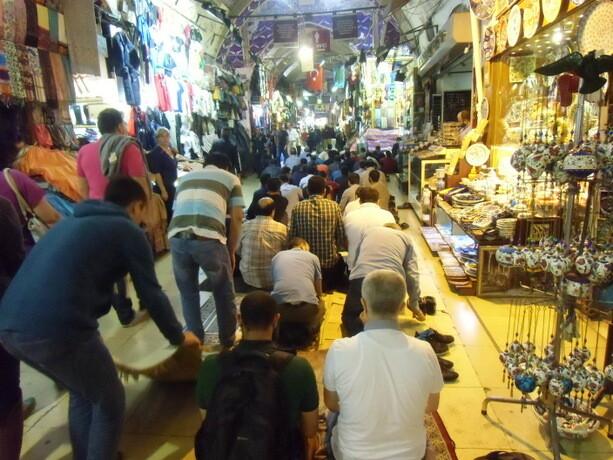 La hora de rezar en el Bazar