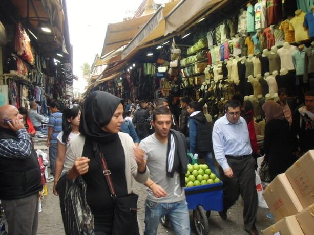 Las calles exteriores adyacentes también forman parte del Bazar