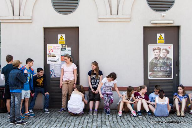 Escolares esperando para entrar en el Museo del Alzamiento de Varsovia
