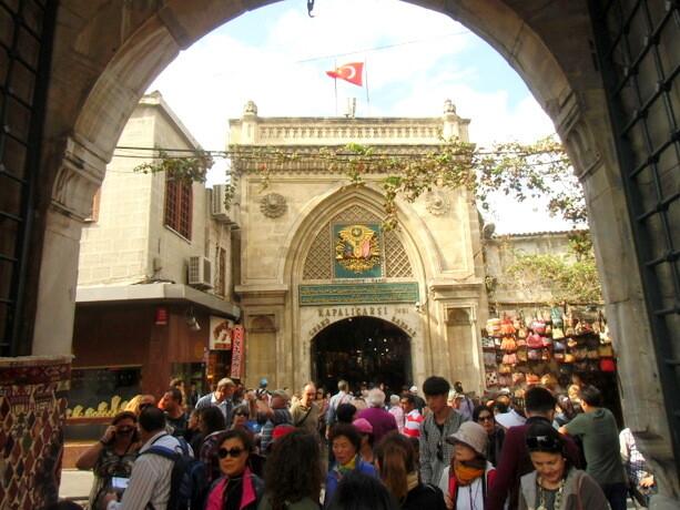 Una de las puertas de entrada al gran Bazar de Estambul
