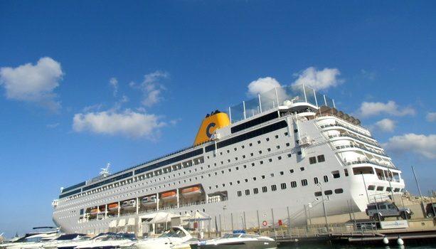 El buque neoRiviera atracado en La Valletta