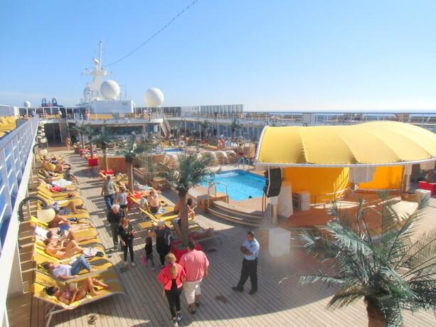La cubierta 11 del neoRiviera. Piscina, bar y restaurante. Aquí se desarrollaba gran parte de nuestra vida a bordo