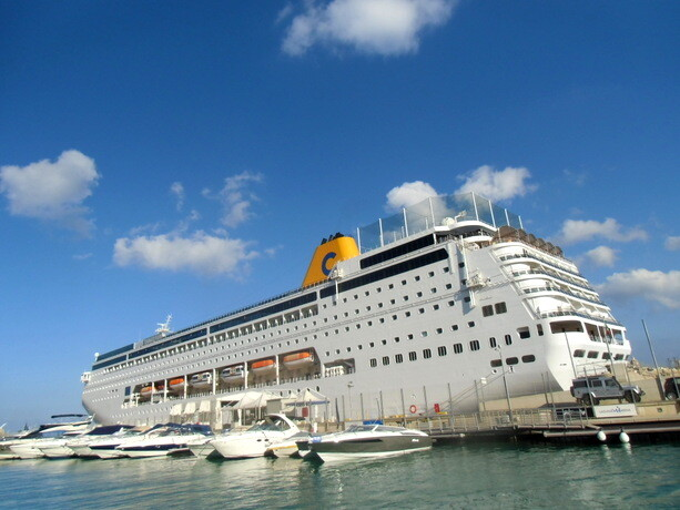 El buque neoRiviera atracado en La Valeta