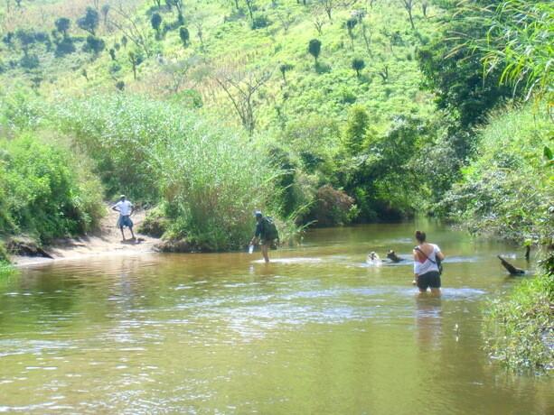 Ophir y Dulce cruzando el río