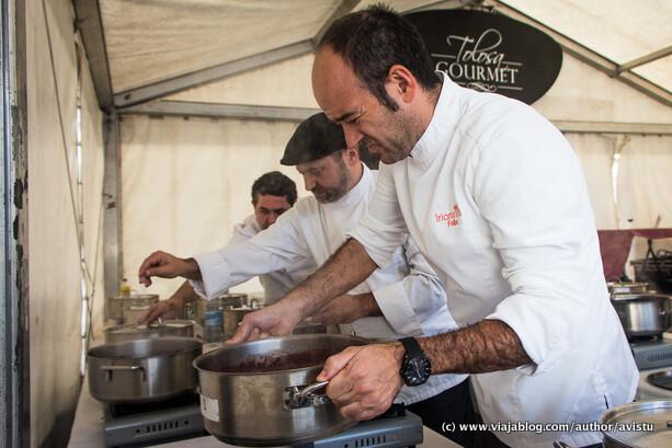 Cocineros preparando Alubias de Tolosa