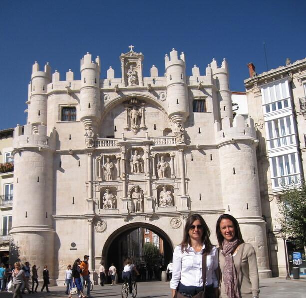 Mi hermana y mi prima frente al Arco de Santa María