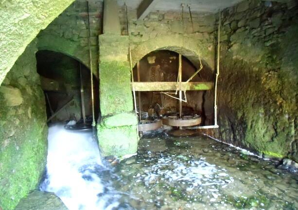 Las ruedas del molino de Errotabarri son bicentenarias y siguen funcionando