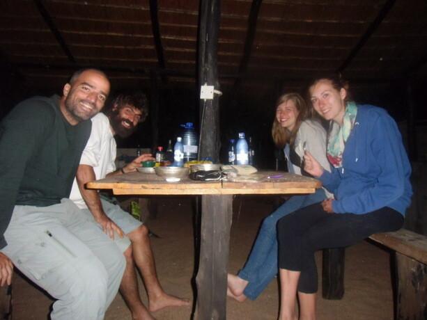 Con nuestras amigas alemanas la noche de la última cena juntos en el Fat Monkey. Cocinamos una calabaza con arroz y verduras del mercado.